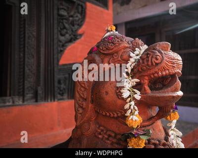 Dragon en pierre ancienne sculpture à l'Hindu Mandir népalais, dédié au Dieu Shiva, Varanasi, Uttar Pradesh, Inde, Asie Banque D'Images