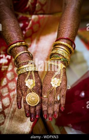 High Angle Portrait mariée montrant la main de tatouage au henné Banque D'Images