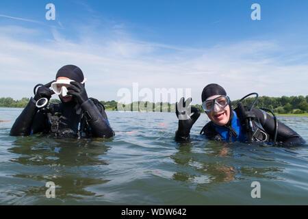 Couple de la plongée en mer contre Sky Banque D'Images