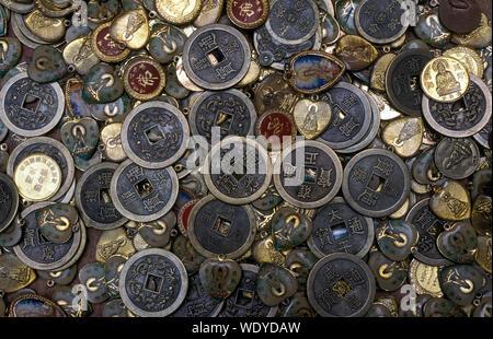 Full Frame Shot de pièces et de pendentifs Banque D'Images