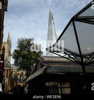 Low Angle View Of Shard London Bridge vu de City Street Banque D'Images