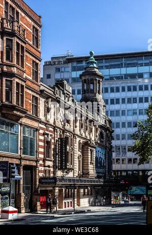 Long Shot d'une façade latérale de la Shaftesbury Theatre, Shaftesbury Avenue, Londres WC2H, England, UK.