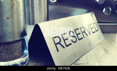 Close-up of Reserved Sign On Restaurant Table Banque D'Images