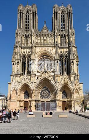 France, Marne, Reims, la cathédrale Notre Dame, la cathédrale de Notre-Dame, façade et piétonne plaza