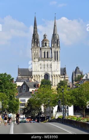 France, Maine et Loire, Angers, statue Beaurepaire sur Verdun pont sur la rivière Maine et la cathédrale Saint Maurice