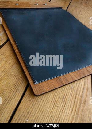 Petit tableau noir encadré sur fond de bois, copy space Banque D'Images