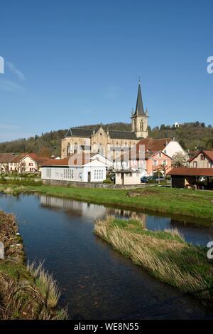 En France, la Haute Saône, Ronchamp, village, église, rivière Rahin, Hill avec sa chapelle Notre Dame du haut Banque D'Images