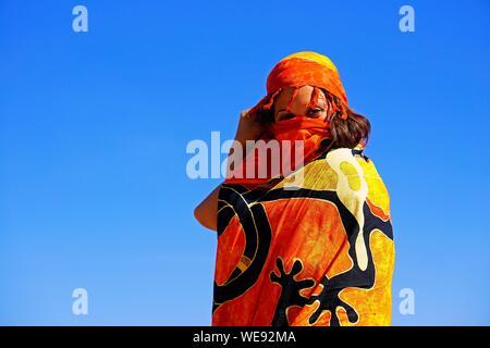 Low Angle Portrait de femme enveloppée dans Ensemble contre le ciel bleu Banque D'Images