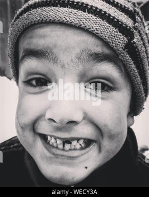 Portrait Of Boy Showing crantée Gap Banque D'Images