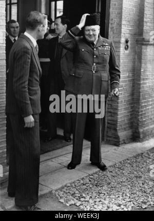 Winston Churchill en laissant la Légation britannique à Téhéran, portant un chapeau en laine d'astrakan et son uniforme que le Commodore de l'air de l'Escadron 615 de la RAF. Banque D'Images