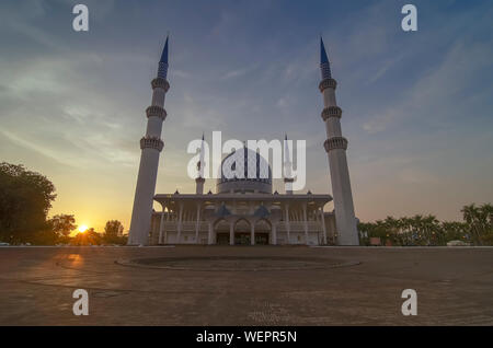 Incroyable coucher de couleur sur le Sultan Salahuddin Abdul Aziz Shah Mosquée (aussi connu comme la Mosquée Bleue). Banque D'Images
