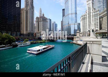 Parc de l'esplanade de la rivière sur le fleuve de Chicago dans le centre-ville de streeterville Chicago Illinois Etats-Unis d'Amérique Banque D'Images