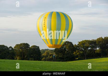 1-31 Série LTL Lindstrand hot air balloon solo d'atterrissage dans un champ le pilote est assis dans un siège au lieu d'un panier