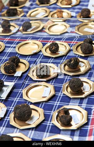 Truffes noires dans les boîtes à vendre pour Vente Banque D'Images