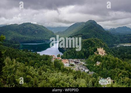 Paysage avec Château de Hohenschwangau. Beau panorama du lac Alpsee et alpes bavaroises. Paysages de nature montagne en été. La Bavière, été 2019 Banque D'Images