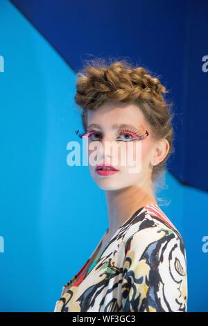Portrait de femme belle avec le maquillage et la coiffure