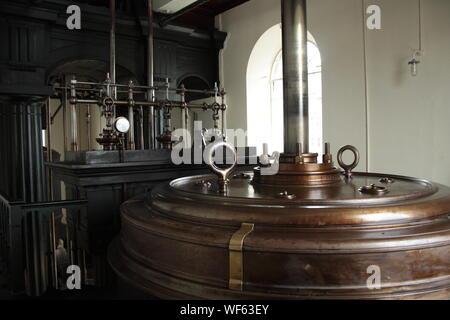 Vieille machine rouillée dans usine abandonnée Banque D'Images