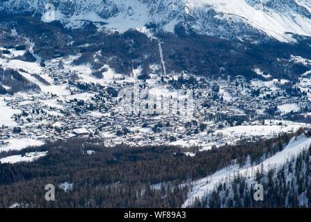 Le romantique, recouvert de neige Station de ski de Cortina d' Ampezzo dans les Dolomites italiennes vu de Tofana. Banque D'Images