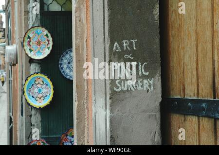 Textes sur mur à l'extérieur Store Banque D'Images