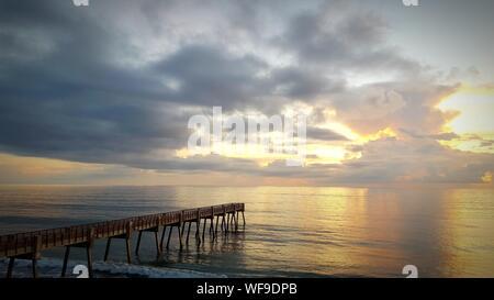 Vue panoramique sur mer contre Sky pendant le coucher du soleil Banque D'Images