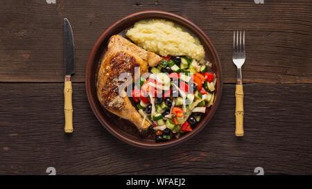 Déjeuner complet dans la salle à manger. De délicieuses cuisses de poulet, salade de légumes et de la purée de pomme de terre Banque D'Images