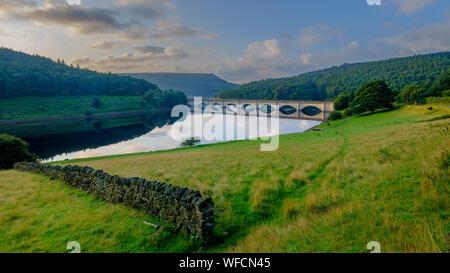 Bamford, UK - Aug 13, 2019: Début de la lumière du matin sur le Lady Bower réservoir et le pont du chemin du serpent, Peak District National Park, Royaume-Uni Banque D'Images
