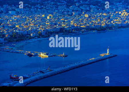 High Angle View Of Illuminated Cityscape Par Mer Banque D'Images