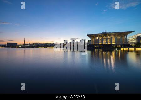 La mosquée Tuanku Mizan Zainal Abidin, par lac Against Sky Banque D'Images