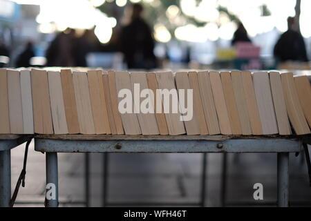 Livres sur table at Market Stall Banque D'Images