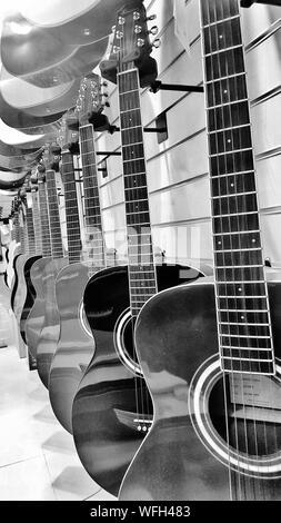 Close-up des guitares montées sur mur