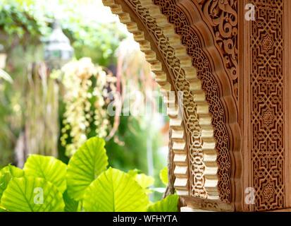 Décorées avec des ornements arch arabe avec un intérieur vert jardin à l'arrière-plan