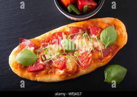 Concept alimentaire pizza bio faits maison avec de la tomate, basilic et jambon with copy space Banque D'Images