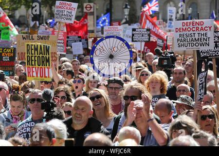 Londres, Royaume-Uni. Août 31, 2019. Foule de manifestants est titulaire des pancartes à l'extérieur de Downing Street à Londres contre le premier ministre britannique Boris Johnson's envisage de suspendre le parlement du Royaume-Uni pendant cinq semaines à l'avance un discours Queens le 14 octobre, deux semaines à peine avant le Royaume-uni est de permettre à l'UE. La Reine a approuvé la demande de Boris Johnson à proroger le Parlement du Royaume-Uni après que le premier ministre a multiplié ses plans d'un Brexit pas d'accord. Credit: SOPA/Alamy Images Limited Live News Banque D'Images