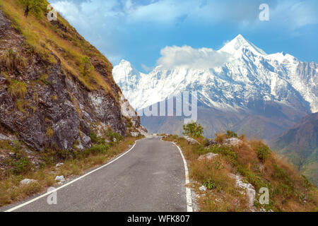 Les pics de neige Himalaya avec scenic route de montagne à Uttarakhand en Inde