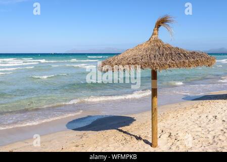 Parasol à la plage de Playa de Muro, Majorque, Espagne Banque D'Images