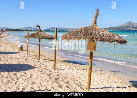 Parasols à la plage de Playa de Muro, Majorque, Espagne Banque D'Images