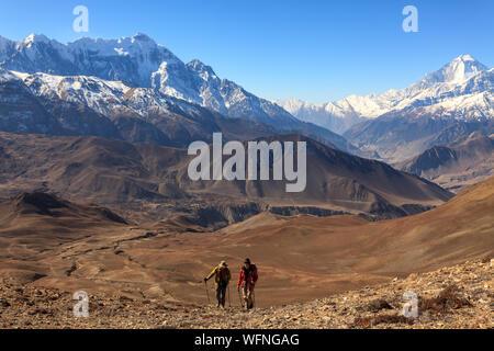 Annapurna, Népal - le 18 novembre 2015: Les touristes allant jusqu'à la montagne. Mustang faible, de l'Annapurna, Trek Himalaya, Népal.