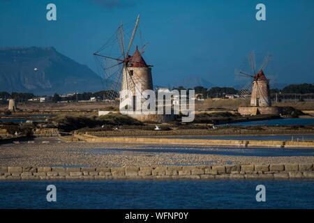 Italie, Sicile, Marsala, Salin de Stagnone, marais salés, des moulins à vent Banque D'Images