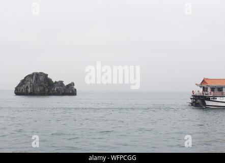 Vue mer panoramique sur la baie de Ha Long au Vietnam, en Asie du sud-est avec montagnes brumeuses sur l'arrière-plan Banque D'Images
