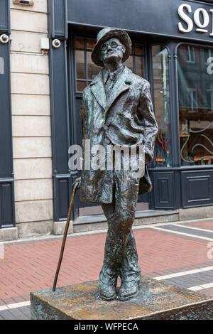 L'Irlande, Dublin, Earl Street, la statue du célèbre écrivain James Joyce Banque D'Images