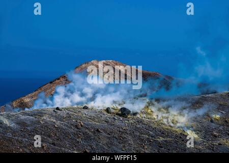 Italie, Sicile, Îles Éoliennes inscrite au Patrimoine Mondial de l'UNESCO, Vulcano, randonnée pédestre autour du cratère central Banque D'Images