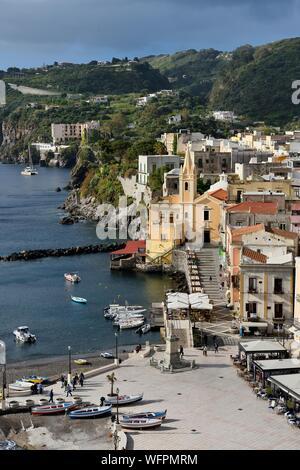 Italie, Sicile, Îles Éoliennes, inscrite au Patrimoine Mondial de l'UNESCO, l'île de Lipari, Lipari Marina Corta, port de pêche et l'église San Giuseppe Banque D'Images