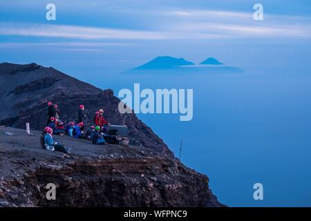 L'Italie, la Sicile, les îles éoliennes, en mer Tyrrhénienne, San Vincenzo, Stromboli, les randonneurs sur 924 m et d'autres îles de l'arrière Banque D'Images