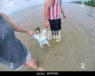 Les parents de la section basse marcher avec Baby Boy sur Lakeshore Banque D'Images
