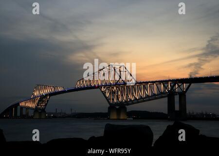 Silhouette de Suspension Bridge at Night