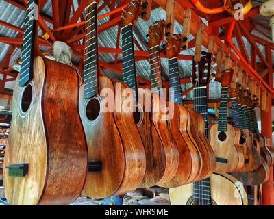 Close-up de guitares accroché à vendre