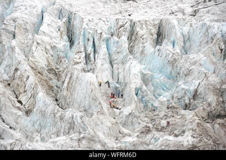 Vue aérienne de personnes grimper sur formations de glace Banque D'Images