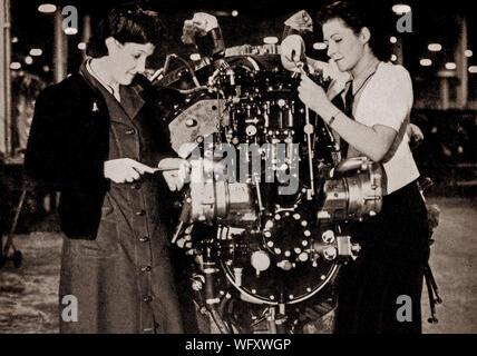 Un moteur Hercules Bristol l'objet d'inspection avant d'aller au banc de test pour preliminery l'expérimentation. Le 14 cylindres radial à deux rangs, un moteur conçu par Sir Roy Fedden et produite par la Bristol Engine Company à compter de 1939. C'était la première de leur unique Burt-McCollum (vanne à manchon, ou Argyll, type) dessins et modèles industriels à une diffusion à l'utilisation, l'alimentation de nombreux aéronefs dans le milieu de la Seconde Guerre mondiale. Banque D'Images