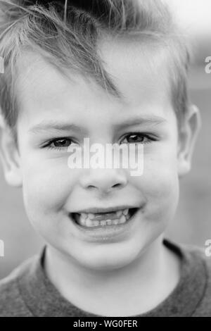 Close-up Portrait Of Smiling Boy avec Gap courroie crantée Banque D'Images