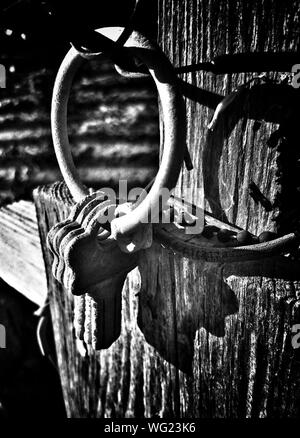 Old Rusty Keys Hanging on Wooden Wall Banque D'Images